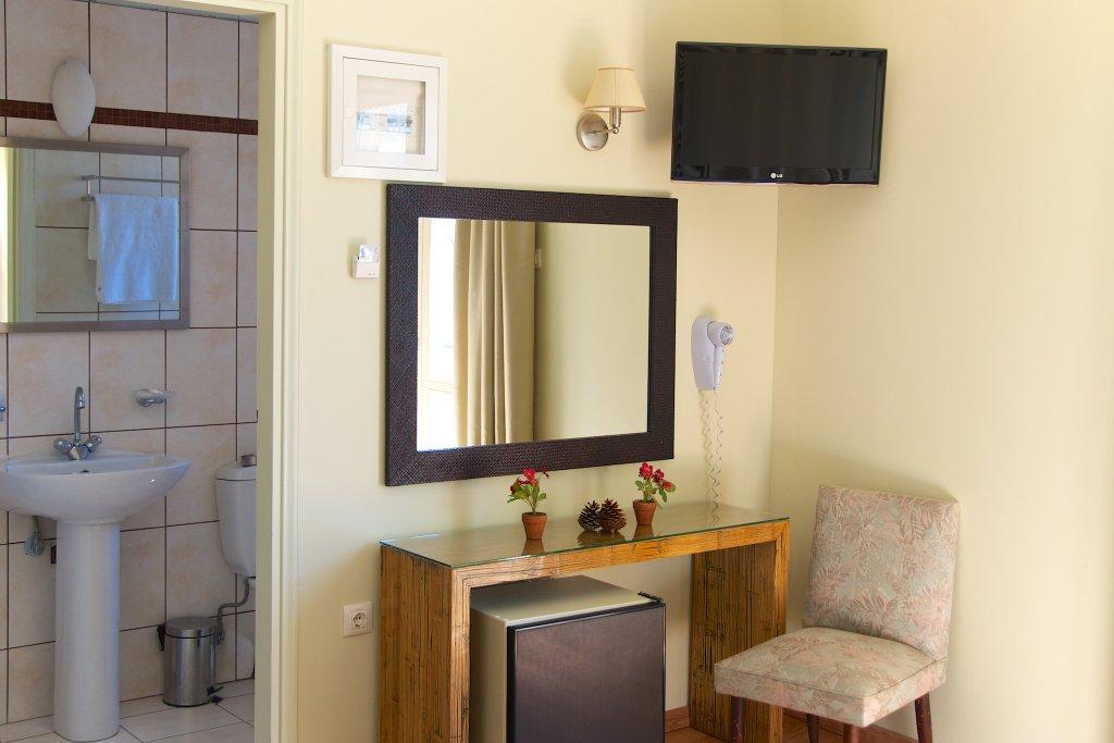Camera familiare per le tue vacanze a kea for Costruito in armadi per camera familiare