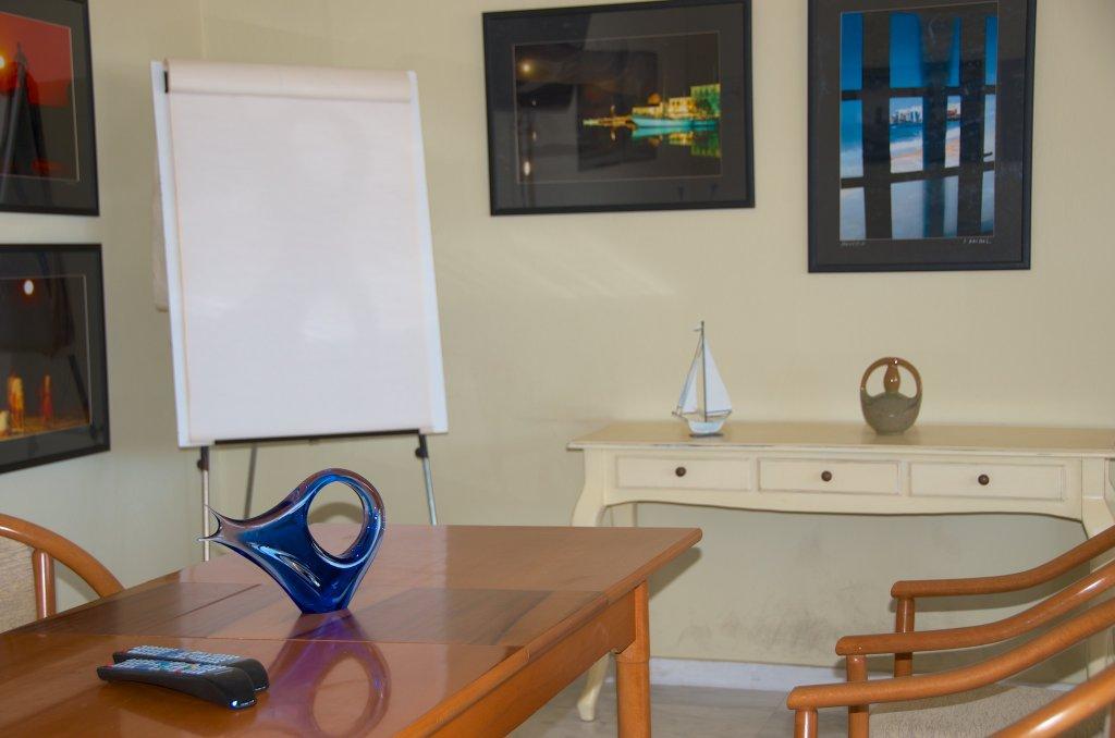 Αίθουσα συνεδριάσεων με πίνακα